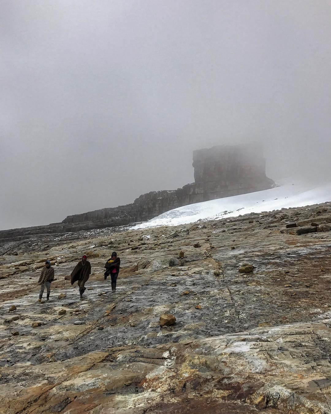 Viajeros recorriendo el nevado del Cocuy
