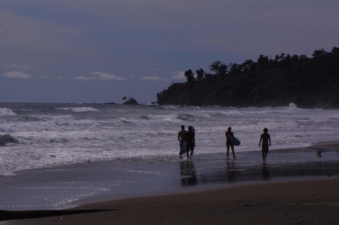 Personas con tablas de surf en el Chocó