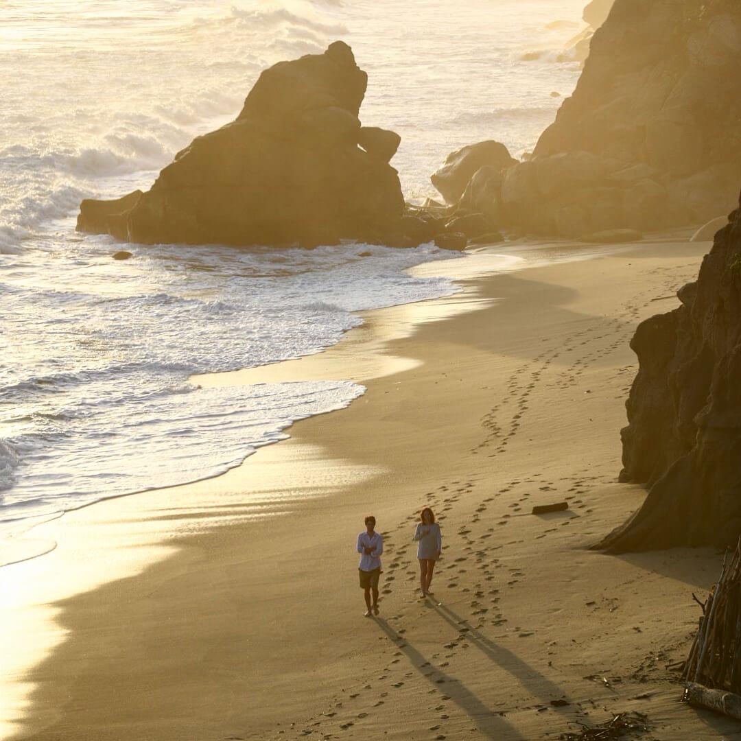 Playa con pareja practicando senderismo en Colombia