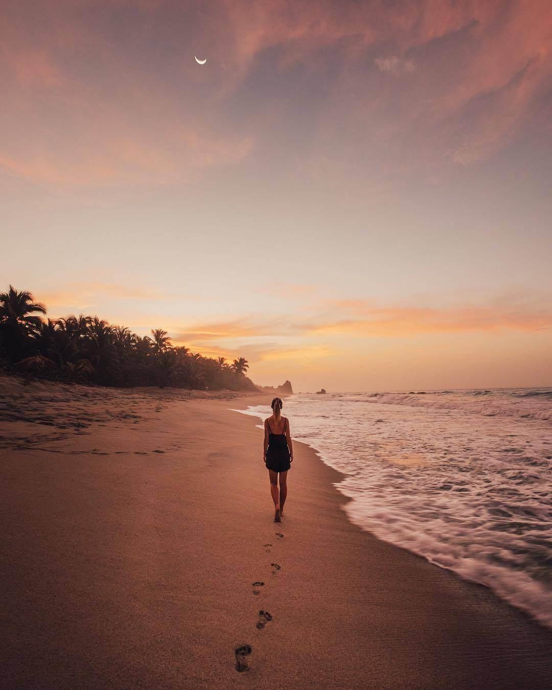 Mujer caminando por Cabo San Juan