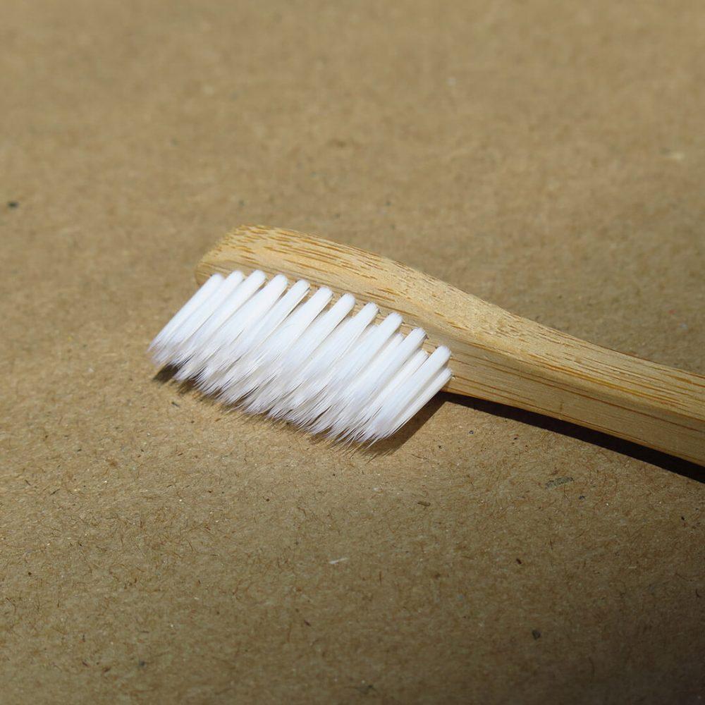 Cepillo de dientes de madera de cerdas de color blanco