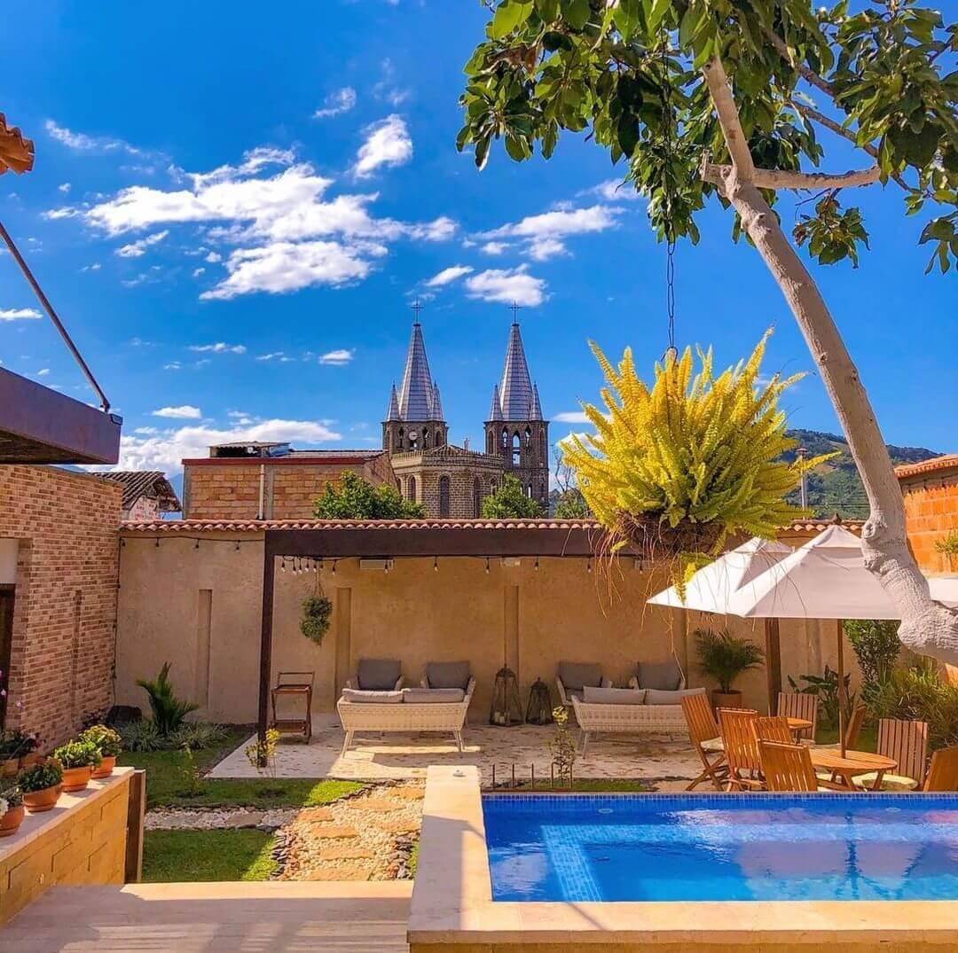 Hotel con piscina en Jardín