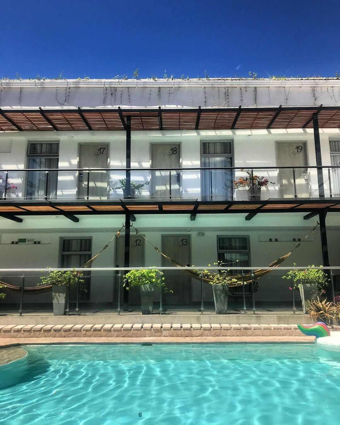 Hospedajes en Medellín con piscina y balcón