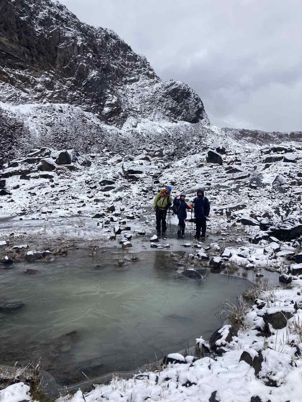 Laguna congelada camino al nevado Santa Isabel