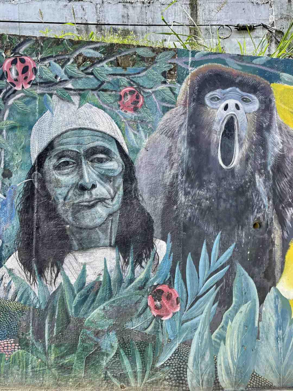 Mural de indígena y mono aullador